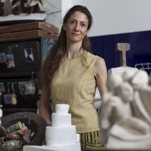 Claudia Stilianopoulus, hija de Pitita Ridruejo, posa con algunas de sus obras. Si quieres ver los mejores looks de carolina de Mónaco, pincha en la imagen./abc